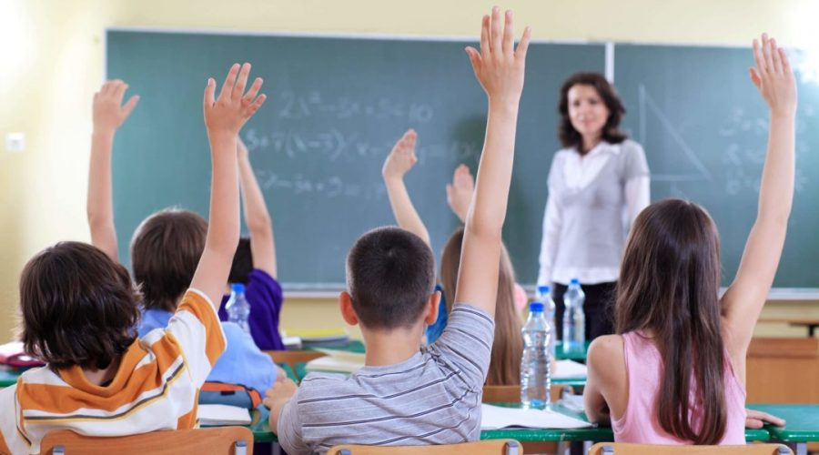 """Catania, """"picchia mio figlio e legge in classe Anna Frank"""": maestra sospesa"""