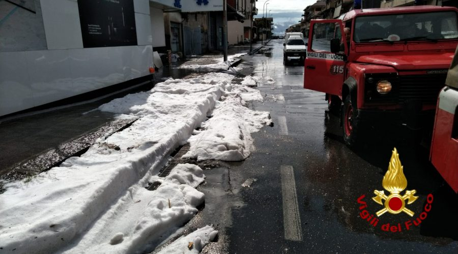 Emergenza maltempo, allagamenti a Catania e provincia e grandinata a Biancavilla. Interventi dei Vigili del fuoco