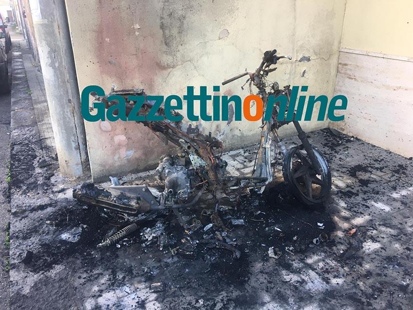 Giarre, a fuoco scooter in via Dei Fiori. Indagini in corso