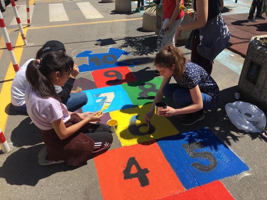 Mascali, decorata dagli studenti dei Comprensivi di Mascali e Giarre la pista pedociclabile