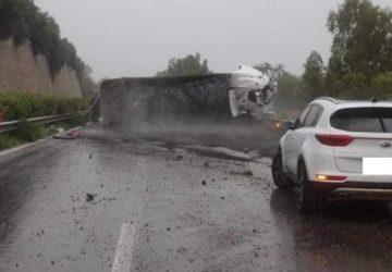A18, Tir si ribalta: traffico bloccato per lunghe in direzione Messina. Tratto riaperto alle auto
