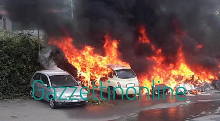 Giarre, incendio di rifiuti distrugge due auto in via Romagna VIDEO
