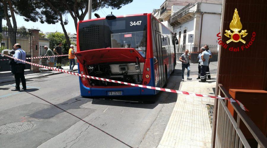 Aci Castello, sprofonda sulla strada un autobus della Amt