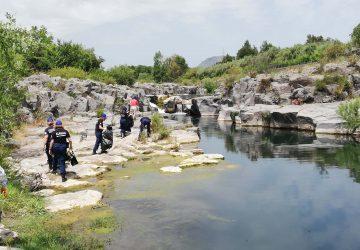 """Ambiente, operazione """"Salviamo il fiume Alcantara"""": ripuliti lunghi tratti da rifiuti e plastiche. Trovata in acqua anche una moto"""