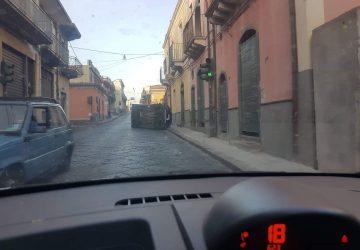 Guardia Mangano, auto si ribalta vicino all'incrocio. Intervento dei Vigili del fuoco