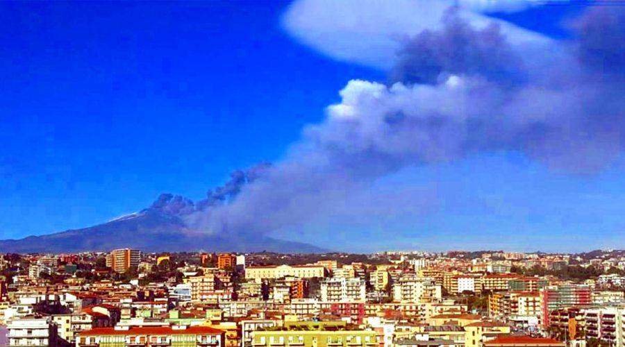 """Un """"viaggio"""" nel pericoloso abusivismo edilizio dei paesi attorno al Vulcano"""
