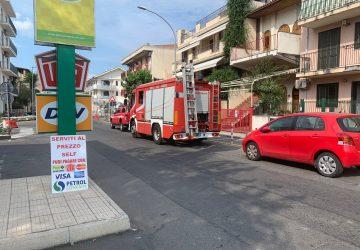 Fondachello, si staccano frammenti di intonaco da un ballatoio: intervento dei Vigili del fuoco