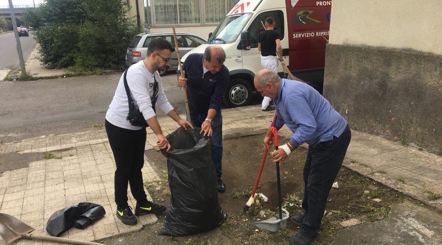 """Giarre, quartiere Satellite nel totale degrado. I residenti: """"Costretti a pulire da soli strade e aree a verde""""  VIDEO"""