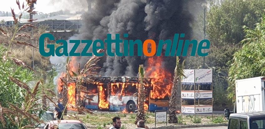 Catania, a fuoco bus Amt nei pressi del centro commerciale Porte di Catania FOTO VIDEO