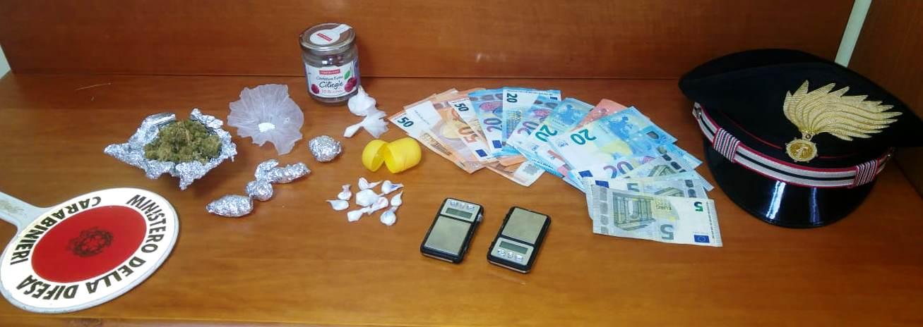"""Ramacca,  """"coca"""", """"erba"""" e denaro occultati nell'auto e nella sua casa"""