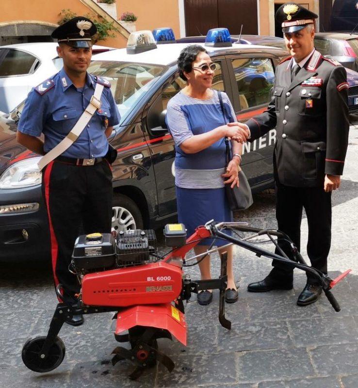 """Catania, carabinieri donano motozappa all'associazione """"Madonna della Tenda"""" di Acireale"""