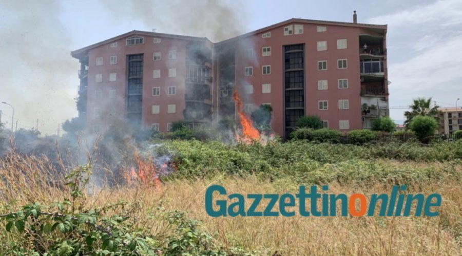 Giarre, vasto incendio nel quartiere Jungo. Paura tra gli abitanti VIDEO
