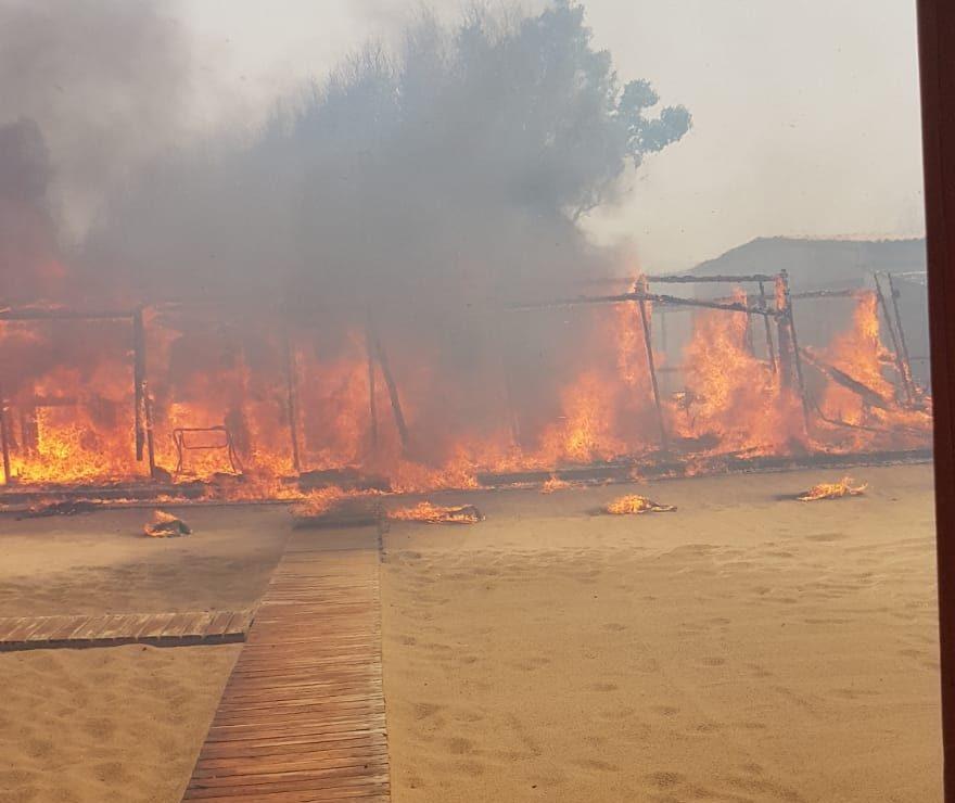 Catania e provincia assediate dagli incendi. Inferno di fuoco alla Playa: ingenti i danni VIDEO