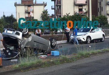 Giarre, rocambolesco incidente in via Trieste. Un'auto si ribalta