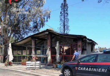 Saccheggia quello che il fuoco aveva risparmiato: sciacallo preso alla Playa