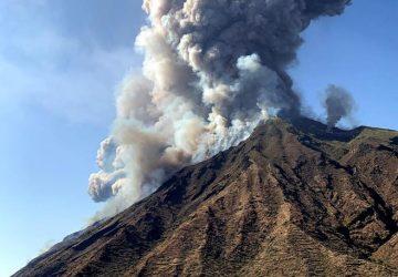 Stromboli, forti esplosioni dal Vulcano: c'è una vittima. Turisti in fuga VIDEO