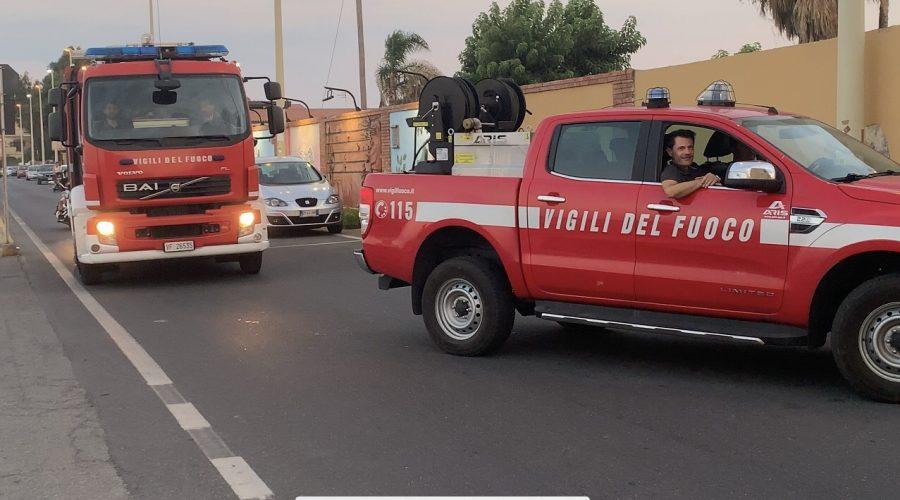 Giarre, a fuoco sterpaglie in via Almirante. Intervento dei Vigili del fuoco
