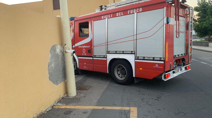 Zafferana, incendio cumuli di rifiuti in via Marconi