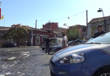 Catania, dopo l'aggressione alla Volante il blitz della polizia al Tondicello della Playa: un fermato per tentato omicidio