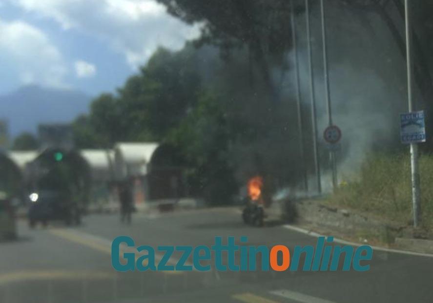 Giarre, moto prende fuoco prima di superare la barriera dell'A18