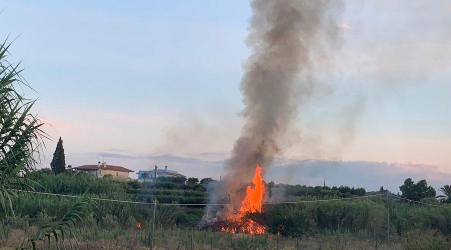 Calatabiano, a fuoco sterpaglie e frasche in un terreno che si affaccia sulla Statale 114
