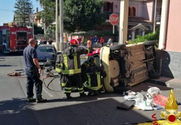 Belpasso, drammatico incidente stradale. Vigili del fuoco liberano conducente incastrato nell'abitacolo