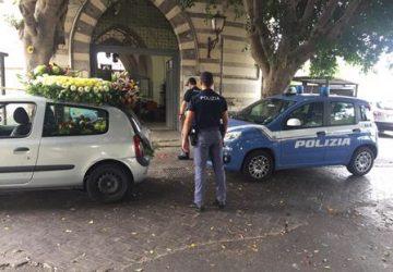 Controlli a tappeto al cimitero di Catania,  arrestato un ladro di addobbi floreali