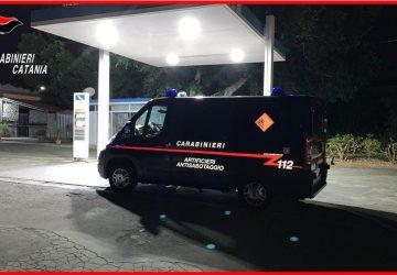 Abbandona residuato bellico in un distributore di benzina preannunciandone l'esplosione. Arrestato