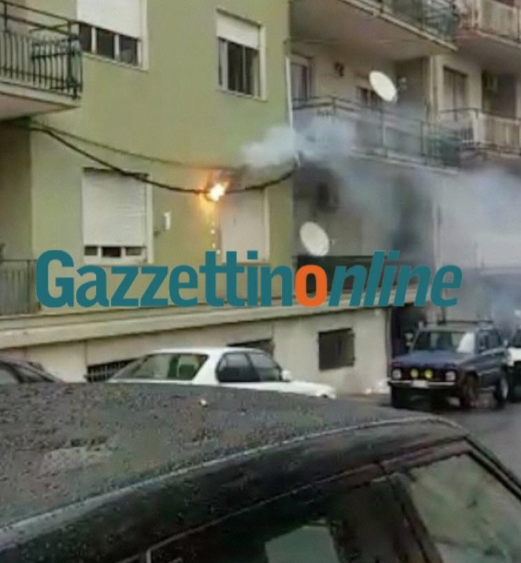 Giarre, a fuoco cavo della pubblica illuminazione: panico in via Quintino Sella VD