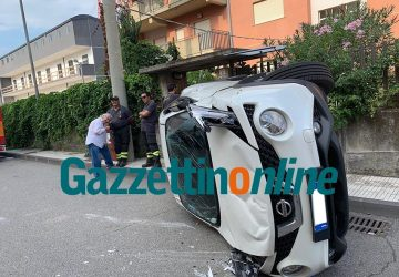 Giarre, auto si ribalta in via Michele Federico Sciacca VIDEO