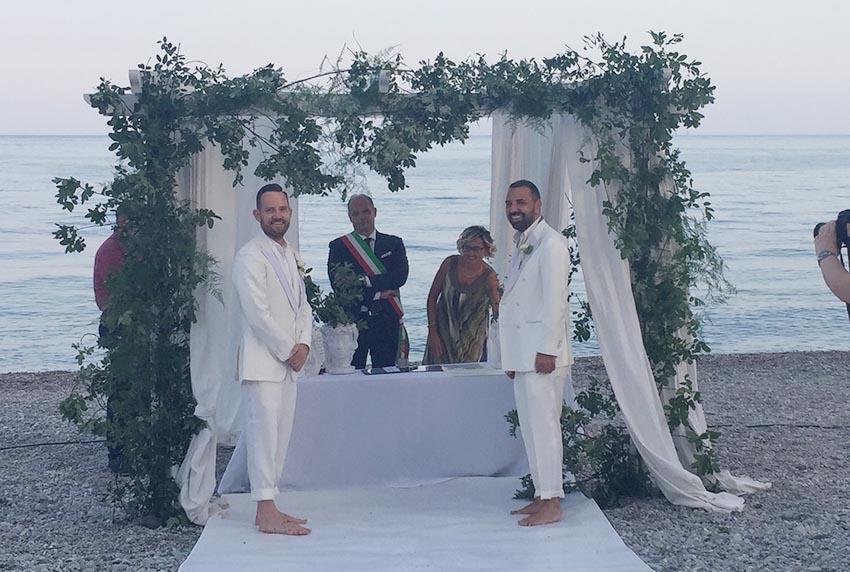 """Calatabiano, prima unione civile sulla spiaggia di San Marco. Il """"sì"""" a coronamento di 16 anni d'amore"""