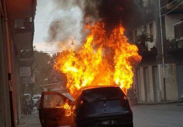 Giarre, a fuoco Fiat Punto nella zona residenziale di via Capuana