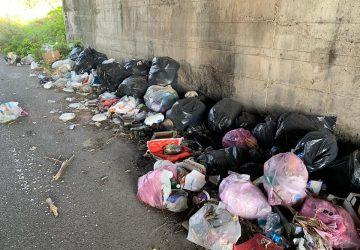 """Mascali, emergenza rifiuti sulle strade provinciali. Il sindaco: """"Accelerare su convenzione con l'ex Provincia"""""""