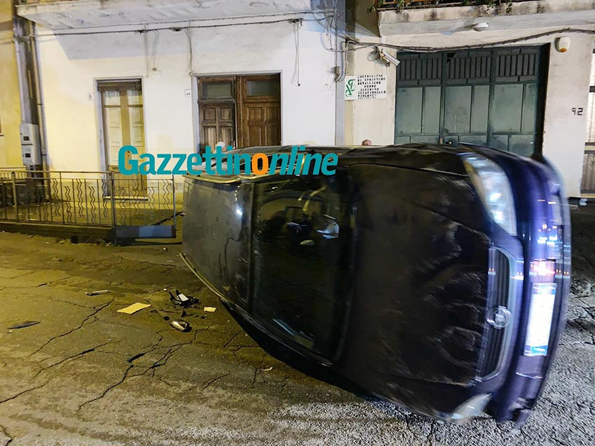 Giarre, incidente autonomo ad Altarello: auto si ribalta VIDEO