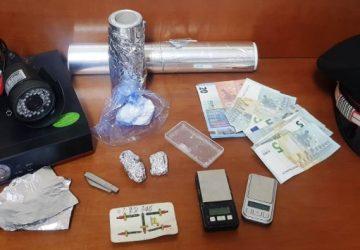Catania, presi tre spacciatori mentre confezionavano droga in casa.