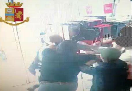 Ultras del Catania ruba in autogrill e picchia il direttore: arrestato VIDEO