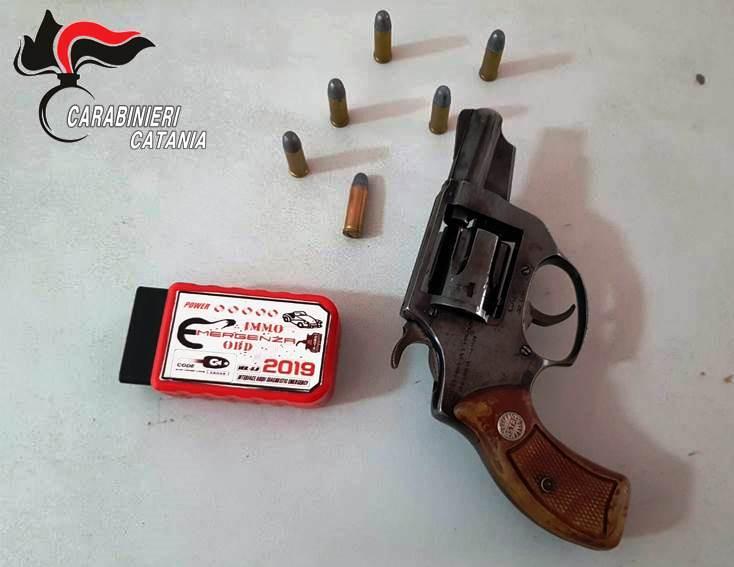 Acireale, nascondeva in officina un revolver clandestino e un marchingegno utilizzato dai ladri d'auto: meccanico in manette