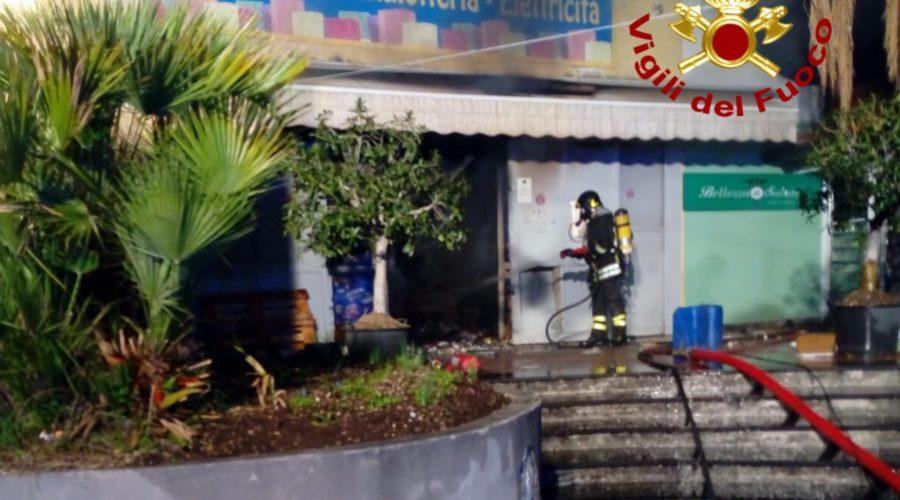 Catania, a fuoco negozio cinese sul viale Vittorio Veneto