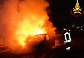 Giarre, incendio distrugge un'auto all'interno di una concessionaria