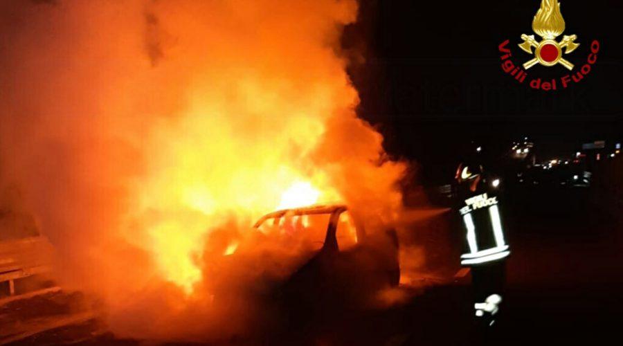 SS 121, si schianta contro un guardrail e l'auto va a fuoco. Intervento del 115