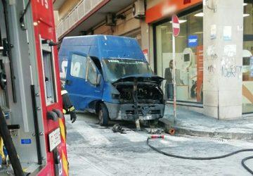Catania, in fiamme furgone in via Firenze: intervento dei Vigili del fuoco