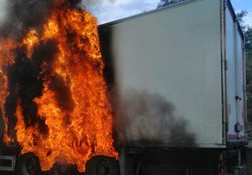 A18, in fiamme mezzo pesante. Lunghe file in direzione di Catania