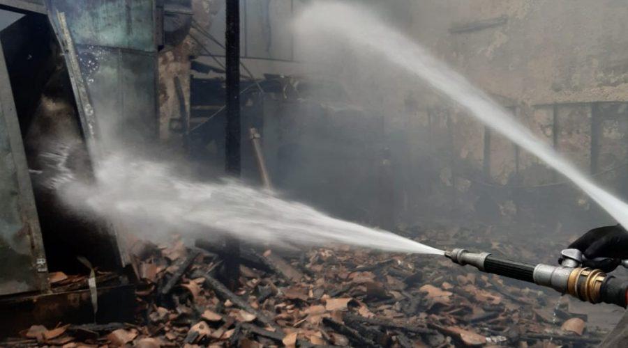 Catania, a fuoco autocarrozzeria in disuso