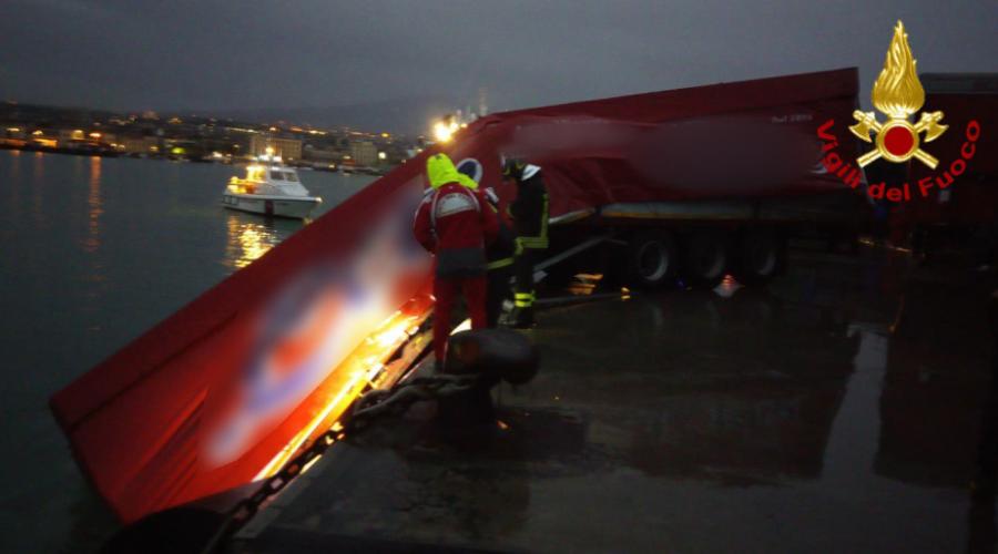 Porto di Catania, autoarticolato cade in acqua nella notte