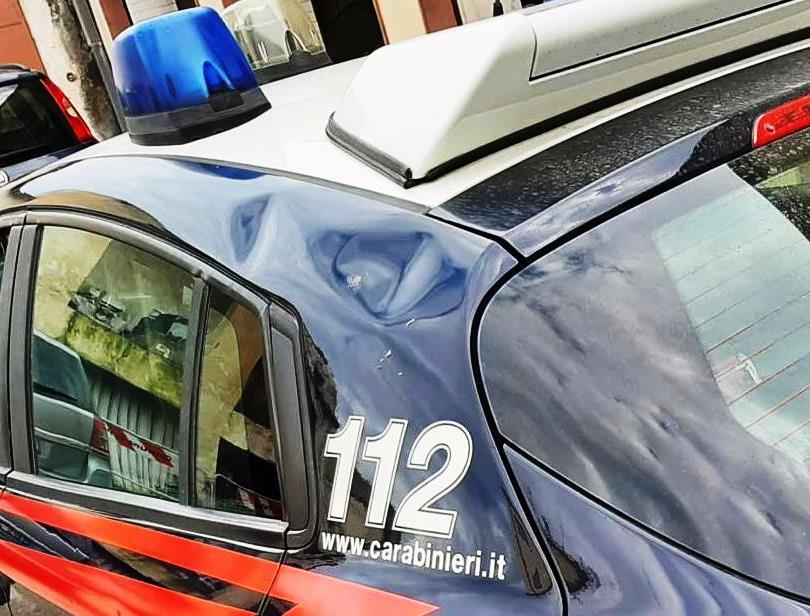 Molesta i clienti di un chiosco e prende a calci l'auto dei carabinieri: denunciata una donna