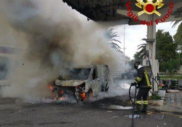 Furgone prende fuoco sulla Ss 192, intervento dei Vvf