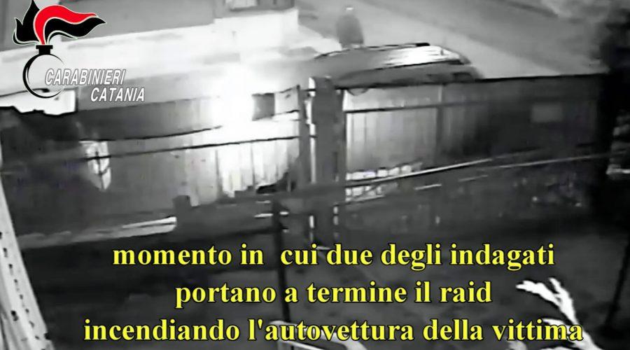 Incendia insieme a 2 complici l'auto della ex compagna VIDEO