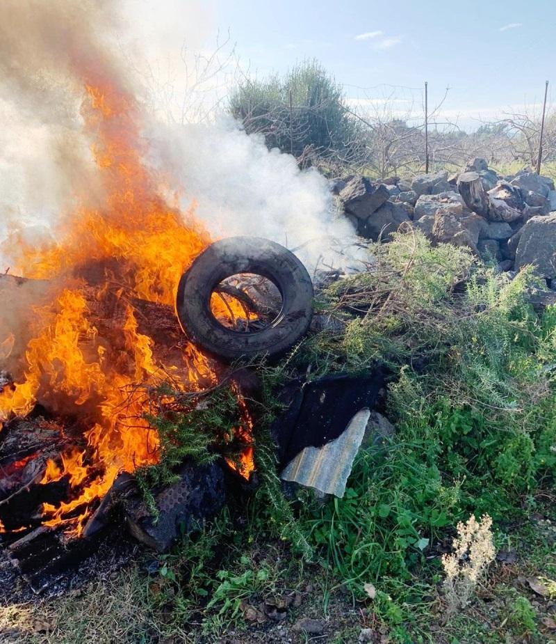Bronte, i Cc lo sorprendono mentre incendia rifiuti pericolosi: denunciato