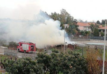 Mascali, a fuoco cumuli di sterpaglie. Intervento dei vigili del fuoco