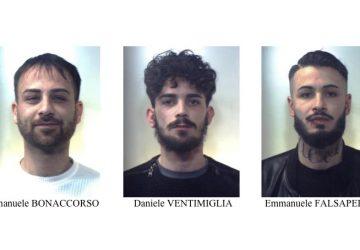 Fuggono da un posto di controllo con un'auto rubata e si schiantano contro un muro: arrestati